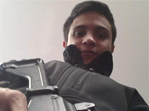 Lorent Portando arma